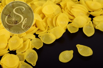 20 pcs. yellow lucite-leaves frosted 22mm-31